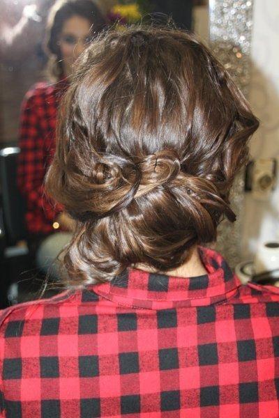 recoger el pelo con horquillas hacia atrás, dejando  mechones por delante