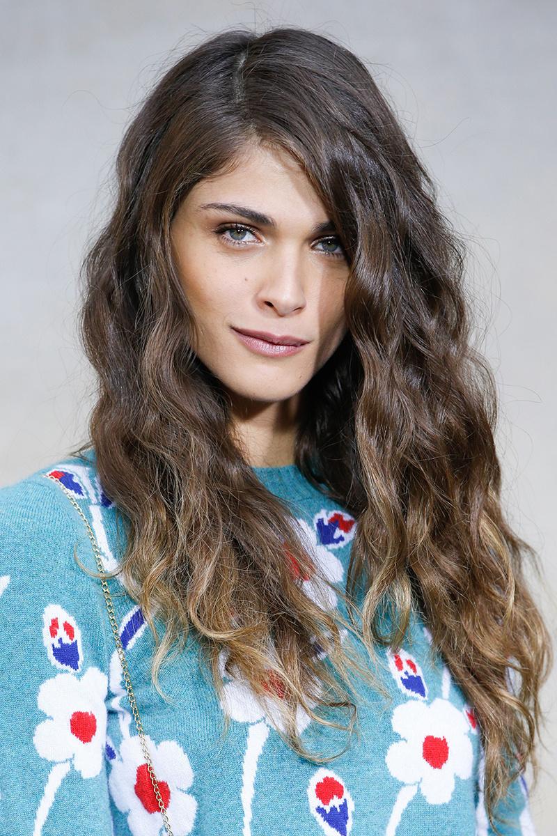 Elisa Sednaoui con peinado que no pasa de moda